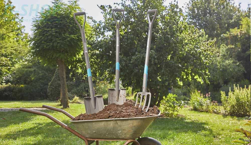 Завдяки лопат Gardena NatureLine копати легко завдяки гострому лезу. Дуже  велика підставка для ніг з протектором гарантує міцну фіксацію при  установці в ... cdd7fa23ef5bd
